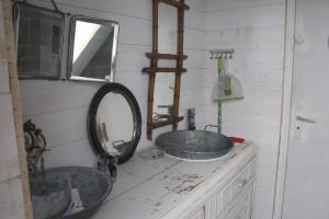 Une jolie salle d'eau avec vasques & douche à l'italienne