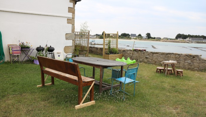 Jardin avec des tables, à votre disposition : barbecue, transats, jeux pour enfants, ...
